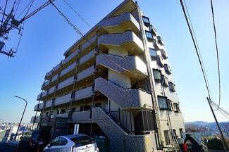 高台に佇む堂々とした外観が目を引きます。 住環境は良好です!