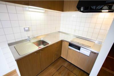 空間を有効に使えるL字型キッチンを備え付けた10帖のLDK!