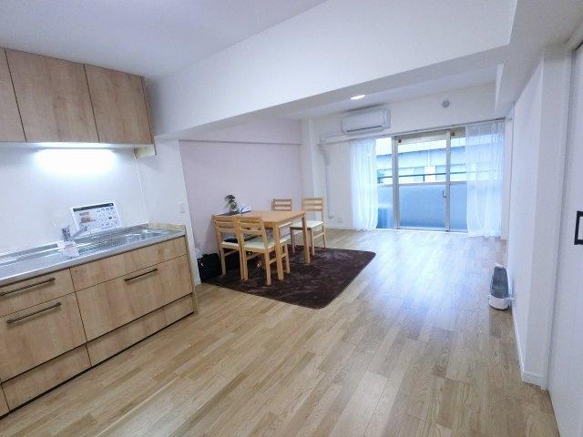 13.4帖のリビングです。 ダイニングテーブルやソファー、ローテーブルなどの家具もしっかりと配置できます。