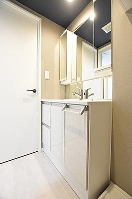 洗濯機置場のすぐ真横に位置しますので、予洗いにも便利です。