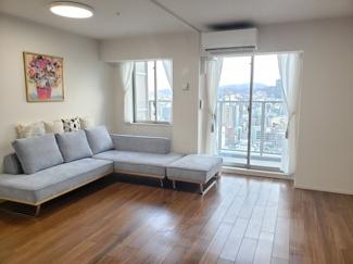 高僧階で窓が多く明るい室内は、外からの視線を感じることなく開放的です