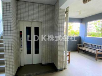 エレベーター/総戸数221に対して5基のエレベーターを設置。3~4世帯で一つのエレベーターを利用できます。