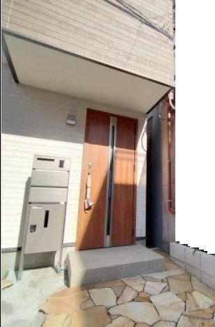 モダンな木目調の玄関ドア