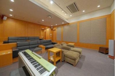 音響設備が整ったゆったりとしたシアタースタジオ。