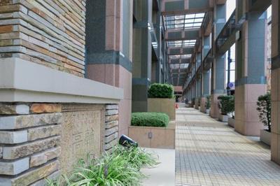 プライバシーに配慮された内廊下構造のマンション。