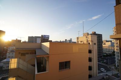 【空の青さ!!】 都会に住みながら、この青空を見れるって 中々いいですよね。 広島の空って、綺麗な青さを感じるのですが、 海が近いせいですかね? さておき、この写真は【住吉サウダージです!!】