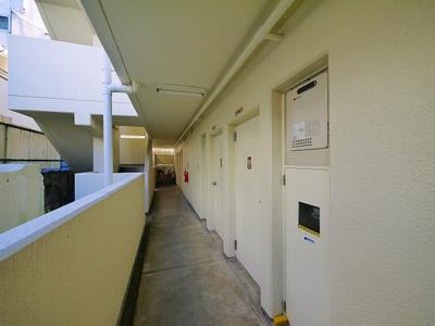 明るい共用廊下です。