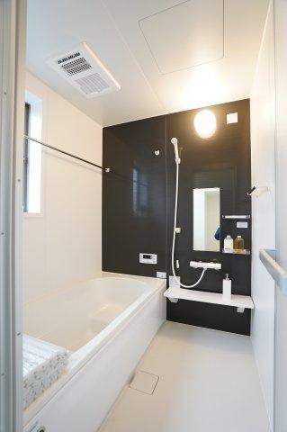 換気乾燥暖房機付きで入浴後の水滴や湿気を排出し、カビの発生や臭いを抑制!雨の日にはお洗濯物をカラッと乾かすことができますよ♪