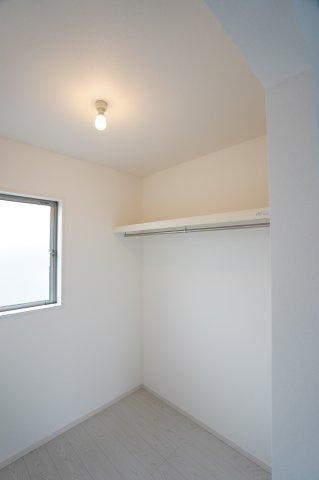 ウォークインクローゼット 中広々!上の棚には布団など季節物の寝具を置くことができますよ。
