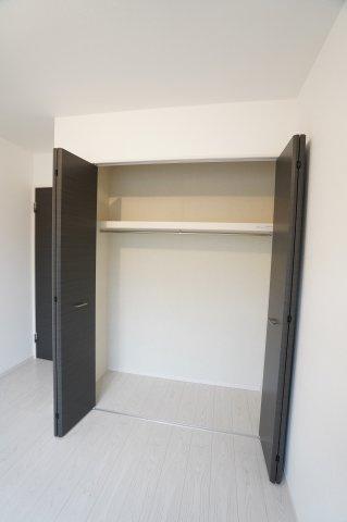 お洋服はもちろん、上の棚にも物を置くことが出来るのでお部屋がすっきり片付きますね。