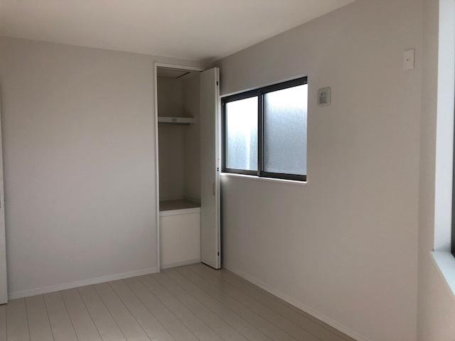 各居室にも収納ございます。