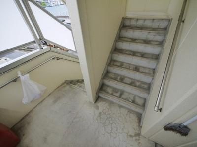 ゆったりとした共有階段。