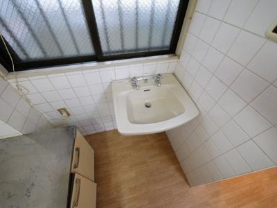 キッチンの隣に洗面台がついてます。