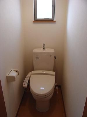 窓付きのトイレ、ウォシュレット付き