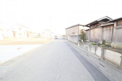 前面道路(北西側より撮影)