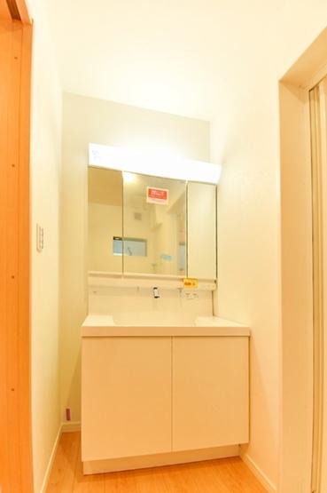 広々とした洗面所は清潔感があります! 窓もあり換気も容易!