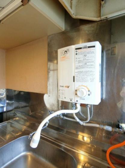 キッチンには瞬間湯沸かし器付き♪洗い物もラクラクですね☆