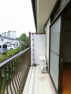 玄関前までの共有スペースです!階段上がってすぐにゴミ置場があるので便利♪
