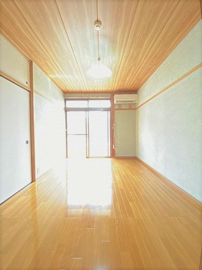 バルコニーに繋がる南東向き陽当たりの良い洋室6帖のお部屋です!エアコン付きで1年中快適に過ごせますね☆