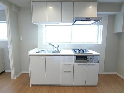 吊戸棚付のシステムキッチンは調理器具などの収納に便利ですね。