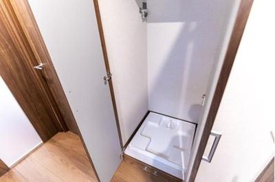 洗濯機置き場はドアで隠すことができます。