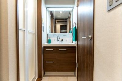 大きな三面鏡付きの洗面台は、朝の身支度にも重宝します。