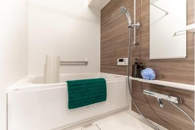 スタイリッシュな浴室で一日の疲れを癒してください。