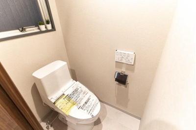 空気のこもりがちなトイレは窓付きで換気が可能です。