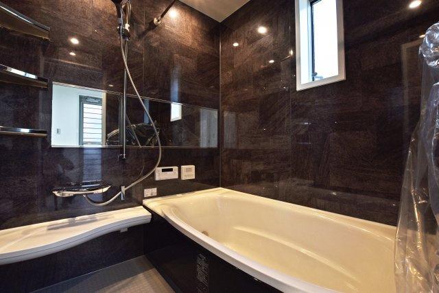 -同社施工例- 震度6強相当の揺れにも負けない頑丈で広々のバスルーム。ブラックメインの配色で上質な空間を演出します。