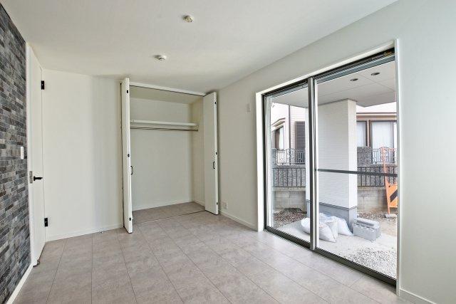 -同社施工例- 各居室に収納を設けました、十分な採光窓も設けています。