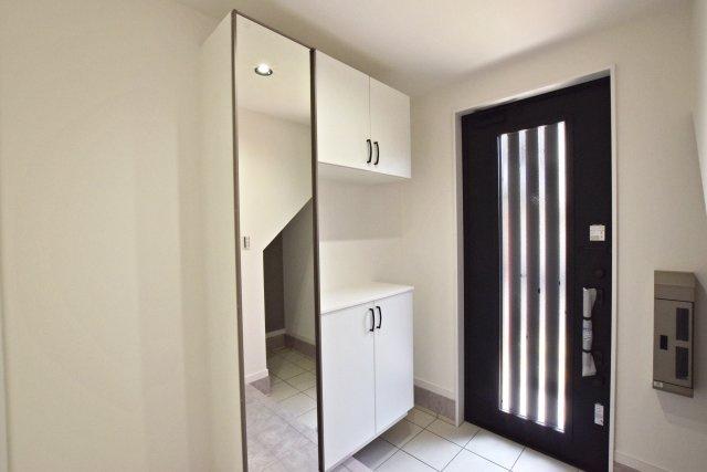 -同社施工例- 玄関はコの字型の収納と、土間を広めに取りました。玄関はお家の第一印象。しっかり整理できる仕様が嬉しいですね。