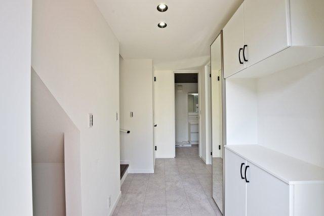 -同社施工例- 玄関からは廊下が続いており、奥行きに感じる自然な広さが伝わります。リビング階段で声もよく通ります。