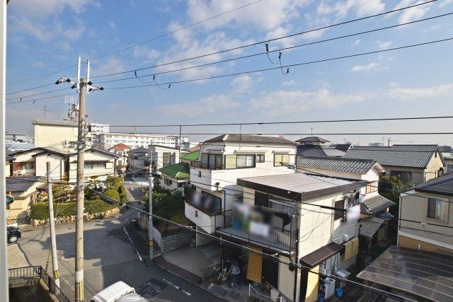 -同社施工例- 3階からの眺望は2階建ての物件を見下ろす位置にあり、遠くまで見渡すことができる心地よい眺望です。