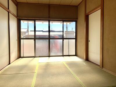 6帖の和室です。暖かい日の光が差し込みます。