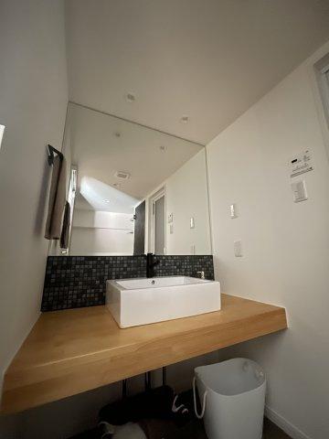 大きな鏡のある洗面ルームはまるでホテルのよう