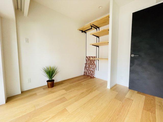 ベッドルームはオープン収納で使い方も自由自在 天井近い高さの棚も収納に活用できそう