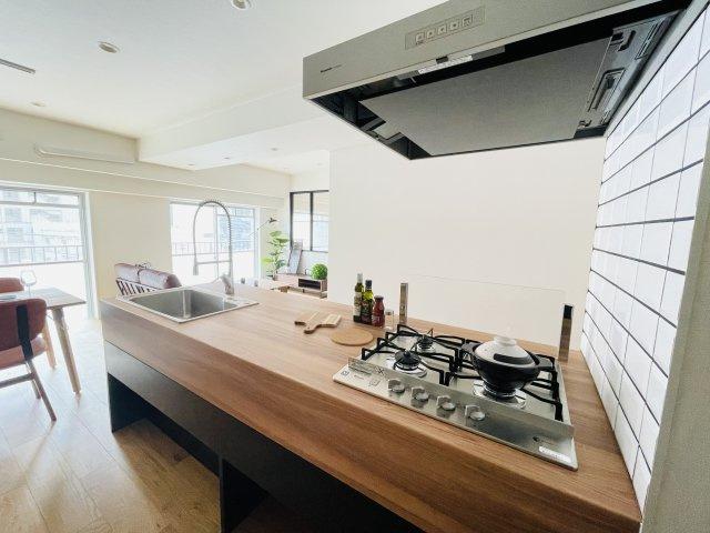 リビングを見渡せる開放感あるキッチンで、会話を楽しみながら料理ができます