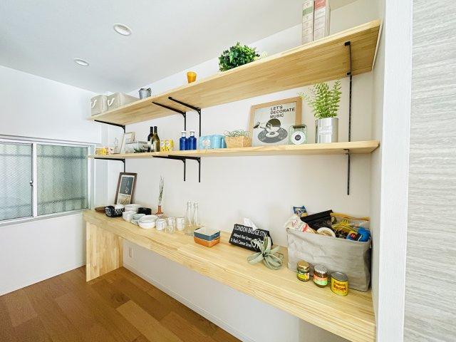 収納棚があり、写真や観葉植物などインテリアにもこだわれます。