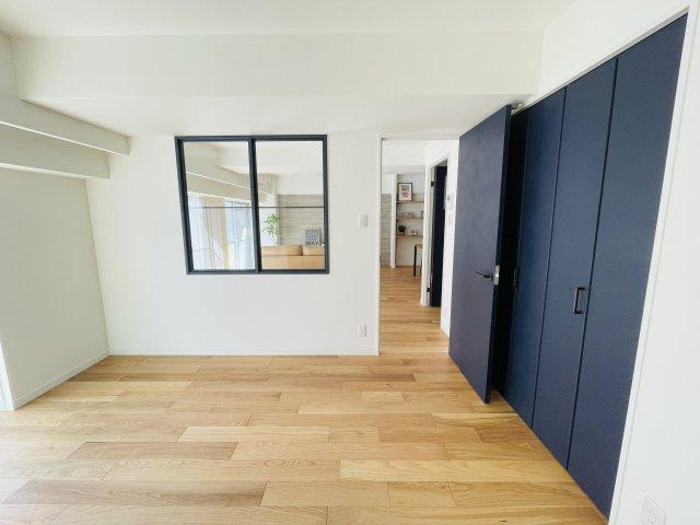 シンプルなベッドルームはリビングとの間に窓があり広く見えます