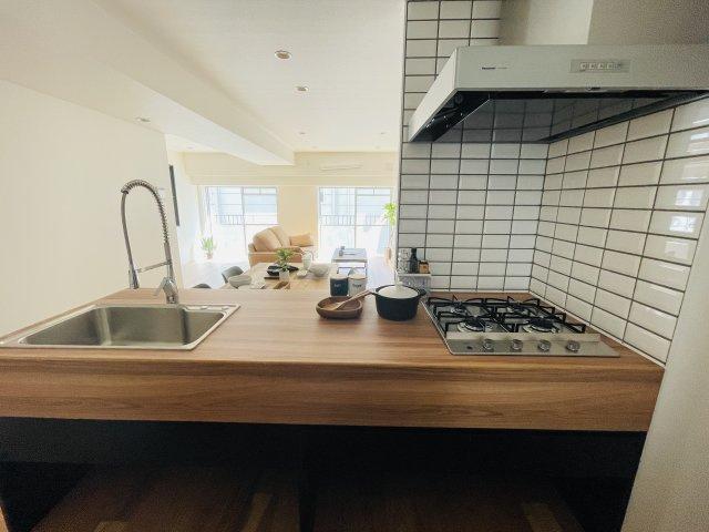 デザイン性も機能にもこだわった大きなキッチンがこの物件の一番の魅力 食卓がいちばんくつろげるスペースになりそう