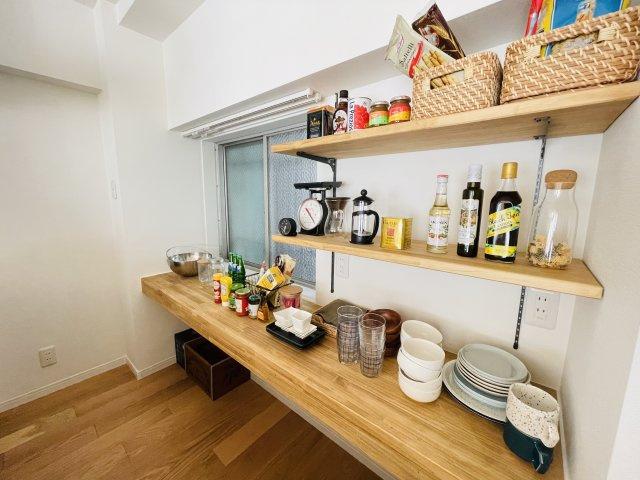 ホテルライクな洗面台の横にはウッド調でデザイン性の高い収納棚があり使いやすい