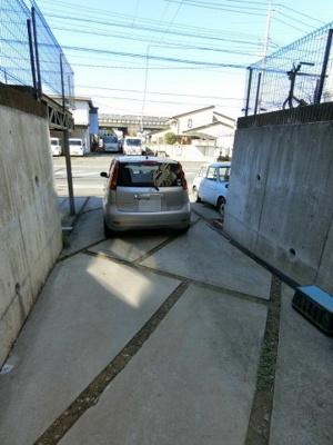 敷地内に駐車場がついています♪縦列にて2台駐車可能です☆荷物がかさばりがちなお買物にも、敷地内駐車場があると便利ですよね☆