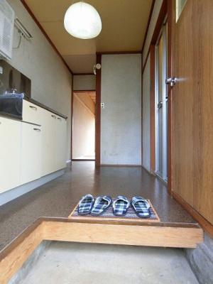 玄関から室内への景観です!キッチンの奥に和室6帖のお部屋があります♪