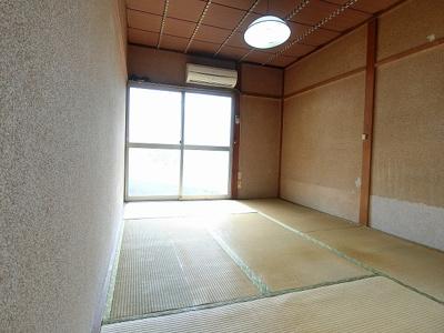 南西向き角部屋二面採光6帖の陽当たりの良い和室です!エアコン付きで1年中快適☆和室は夏場も涼しくて快適ですよ♪