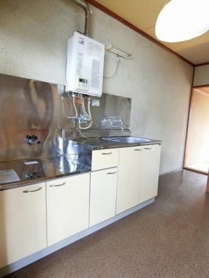 3帖のキッチンスペースです!窓があるのでこもりがちなお料理の匂いもしっかり換気できます◎