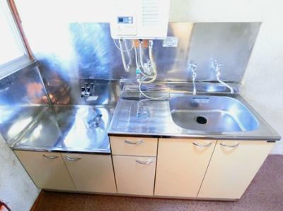 ガスコンロ設置可能のキッチンです☆場所を取るお鍋やお皿もすっきり収納できますよ♪