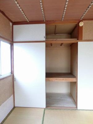 和室6帖のお部屋にある天袋付き押入れです!押入れは寝具など、かさ張りやすいものの収納にぴったり☆お部屋がすっきり片付きます♪