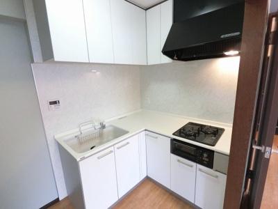 2口ガスコンロのL字型システムキッチンです。 匂いが居室につきにくい独立キッチン採用♪