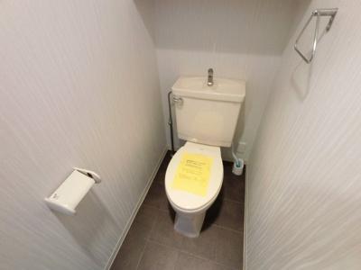 トイレです。 上部に収納がついています♪