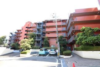 駐車場はマンションの敷地内にあります。